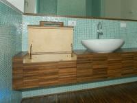 mobile bagno con rivestimento personalizzato in noce india